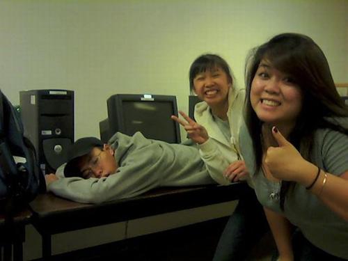 Hậu quả của việc ngủ khi lũ bạn thân còn thức.