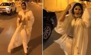 Nữ MC Arab Saudi bị điều tra vì để gió thổi bay áo