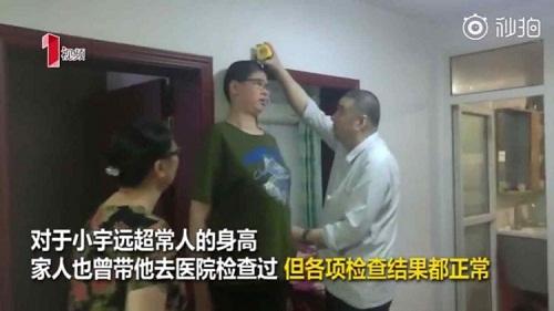 Ông bà Ren lo lắng với chiều cao bất thường của cháu. Ảnh:Chengdu Economic Daily