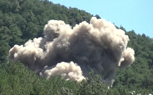 Tiếng nổ sinh tai kèm khói cuộn hàng chục mét khi quả bom được kích nổ.