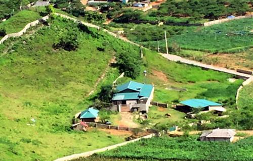 Khu nhà của Thuận tại thung lũng ma túy Tà Dê - nơibao quanh là núi trùng điệp,chỉ có đường độc đạo uốn lượn trên vách núi.Ảnh: Bá Đô