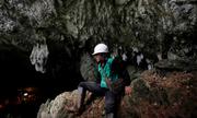 Nhân viên cứu hộ bị ngất khi tìm kiếm đội bóng Thái Lan kẹt trong hang