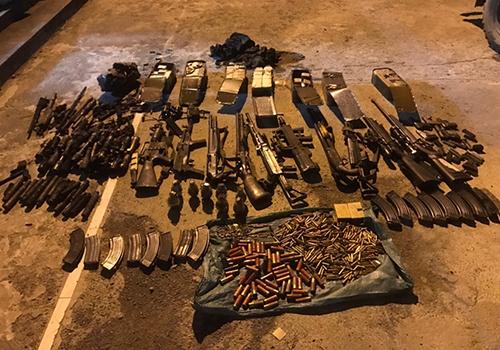 Số vũ khí phát hiệntrong nhà Tuân. Ảnh: Công an Sơn La