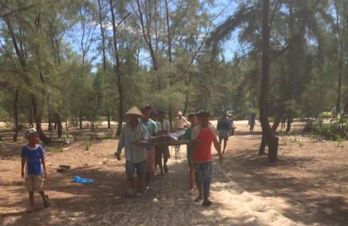 Ngư dân mang cá rồng đi chôn cất. Ảnh: Đông Nguyễn