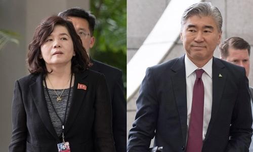 Thứ trưởng Ngoại giao Triều Tiên Choe Son Hui (trái) và Đại sứ Mỹ tại Philippines Sung Kim. Ảnh: Hankyoreh.