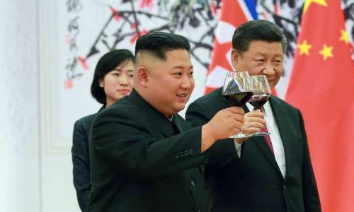 Lãnh đạo Triều Tiên Kim Jong-un (trái) và Chủ tịch Trung Quốc Tập Cận Bình tại Bắc Kinh ngày 19/6. Ảnh: KCNA.
