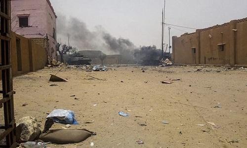 Khói đen bốc lên từ hiện trường vụ đột kích. Ảnh: AFP.