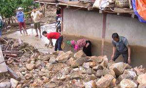 Người dân Lai Châu dọn dẹp đất, đá sau mưa lũ