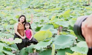 Thợ chụp ảnh, trang điểm kiếm tiền triệu ở đầm sen Hồ Tây