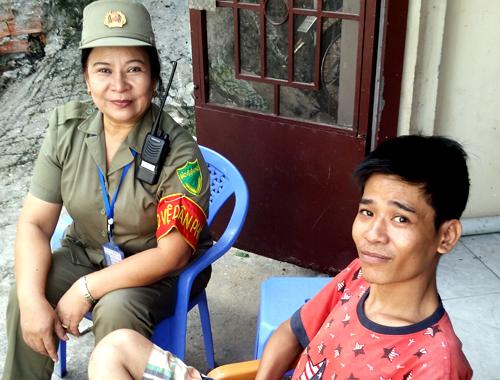 Bà Chung và anh Nhật, một trong những người cai nghiện thành công. Ảnh: Minh Ngọc.