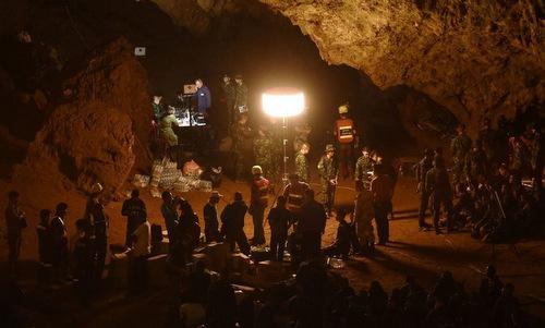 Điểm tập kết cứu hộ trong lòng hang Tham Luang hôm 30/6. Ảnh: AFP.