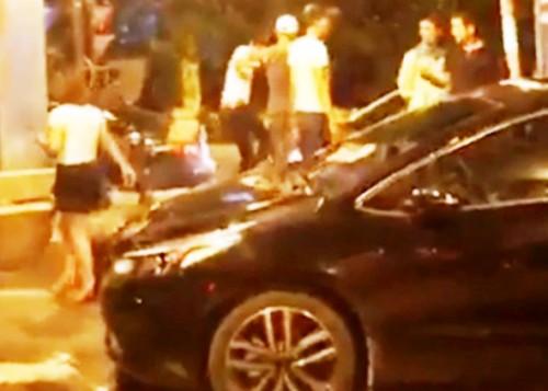 Nhóm thanh niên lạ mặt bất ngờ đi xe ô tô từ phía sau tới, xông vào hành hung anh Bùi Quý Long, trú tại huyện Kiến Xương (Thái Bình) chỉ vì anh này không mua vé, lại cònthắc trạm BOT Tân Đệ đặt sai vị trí. Ảnh trích từ video clip.