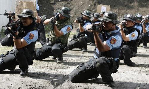Sĩ quan cảnh sát quốc gia Philippines huấn luyện với súng M4 hồi năm 2012. Ảnh: Rappler.
