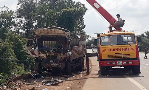 Ôtô tải được xe cứu hộ cẩu lên khỏi hố sâu ven đường. Ảnh: Văn Trăm.