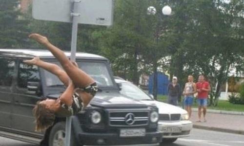 Khó hiểu hành động của người đẹp nơi công cộng.