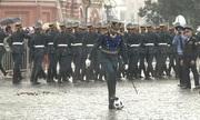 Sĩ quan Nga đá bóng ngẫu hứng dưới mưa trên Quảng trường Đỏ