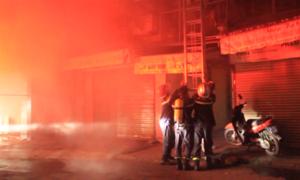 Cháy cửa hàng giày dép, hàng trăm người tháo chạy