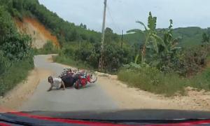 Ôtô suýt 'nuốt' gọn xe máy trên đường làng
