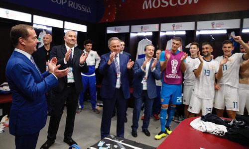 Thủ tướng Mevedev tới phòng thay đồ chúc mừng các cầu thủ Nga