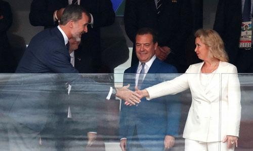 Thủ tướng Nga (giữa) và vợ tham dự trận đấu cùng Vua Tây Ban NhaFelipe VI. Ảnh: Reuters.