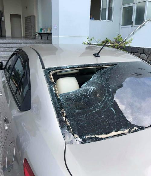 Kính ô tô bị người đàn ông chạy xe máy mặc áo Grabike đập vỡ. Ảnh Hiếu Đặng