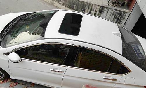 Một chiếc sedan cỡ B được dán giả cửa sổ trời. Ảnh: FB/Thu Can.