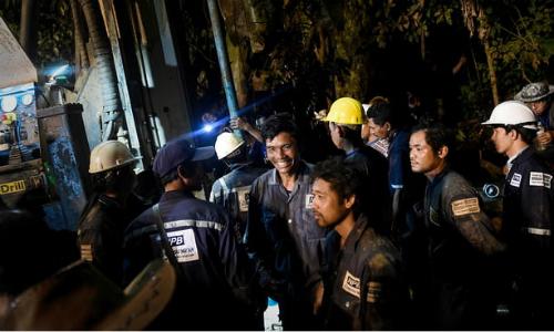 Đội cứu hộ Thái Lan vui mừng sau khi nghe tin đội bóng đá nhí đã được tìm thấy. Ảnh: AFP.