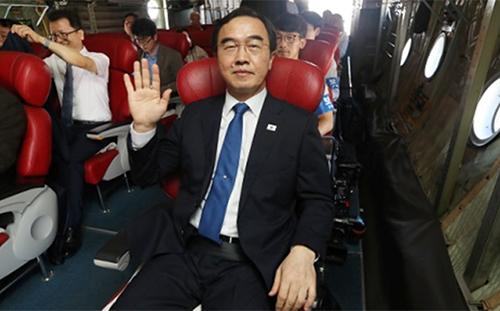 Bộ trưởng Thống Nhất Hàn Quốc Cho Myoung-gyon cùng đoàn quan chức cấp cao và các VĐV đang trên một máy bay quân sự tới Triều Tiên ngày 3/7. Nguồn ảnh: Yonhap.
