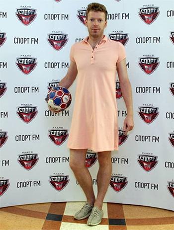Người dẫn chương trình kênh Sport FMAleksandr Sofronov mặc váy đi làm như lời hứa nếuNga thắng Tây Ban Nha. Ảnh: Sport FM
