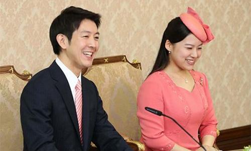 Công chúa Nhật Ayako và chồng sắp cưới trong buổi tuyên bố lễ đính hôn tại Tokyo, ngày 2/7. Nguồn ảnh: Asahi Shimbun.