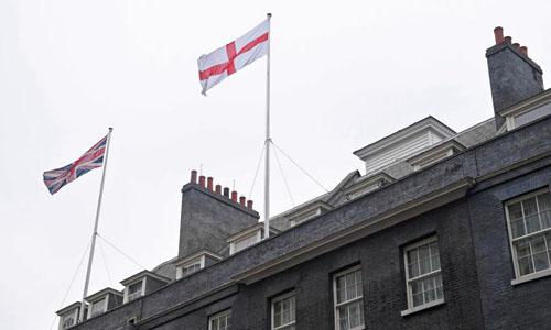 Quốc kỳ Anh và cờ Thánh George treo trên nóc dinh thủ tướng Số 10 phố Downing trong ngày đội nhà gặp Bỉ ở vòng đấu bảng. Ảnh: Reuters.