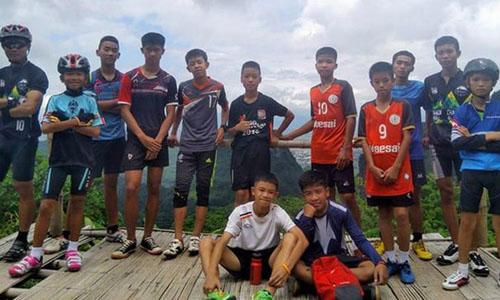 Các thành viên đội bóng Thái Lan bị mắc kẹt trong hang động. Ảnh: Guardian.