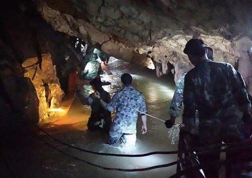 Thợ lặn hải quân Thái Lan trong hang