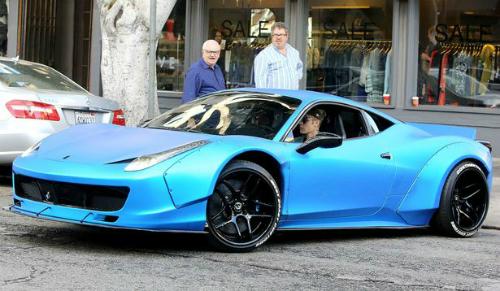 Justin Bieber và siêu xe Ferrari 458 Italia độ Liberty Walk với tông màu xanh đặc biệt. Ảnh: AKM-GSI.