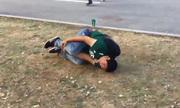 Cổ động viên Mexico lăn xuống đất 'ăn vạ' để chế nhạo Neymar