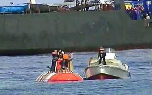 Tàu ngàm Priz (màu cam) nổi lên trên mặt biển sau khi được giải cứu năm 2005. Ảnh: AFP.