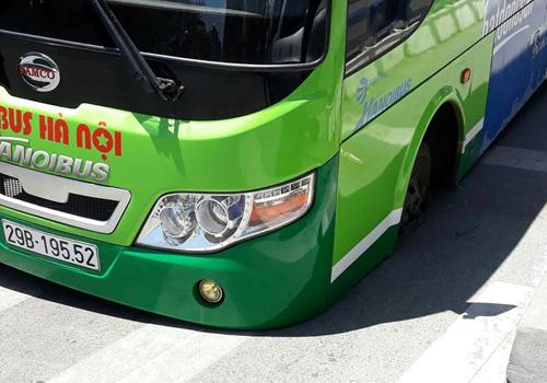 Xe buýt bị sụt khi đang lưu thông trên đường. Ảnh: Anh Duy