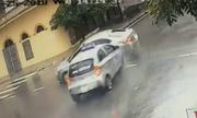 Hai ôtô tông nhau giữa ngã tư nháy đèn vàng: Ai có lỗi?