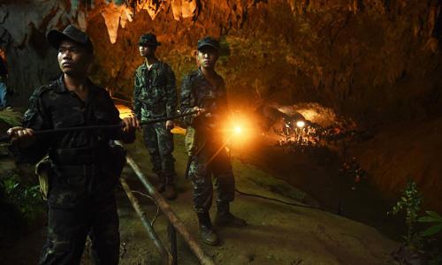 Quân nhân Thái Lan lắp đặt đường dây điện vào trong hang Tham Luang. Ảnh: AFP.