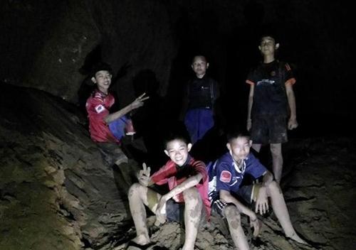Các cậu bé Thái Lan được tìm thấy sống sót trong hanghang Tham Luang