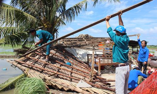 Nhà bị sập hoàn toàn do lốc xoáy ở Long An. Ảnh: Cẩm Tú