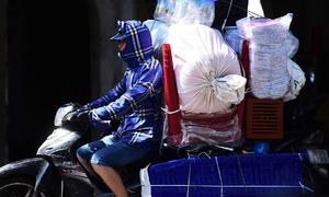 Người lao động vật vã trong nắng nóng ở Hà Nội