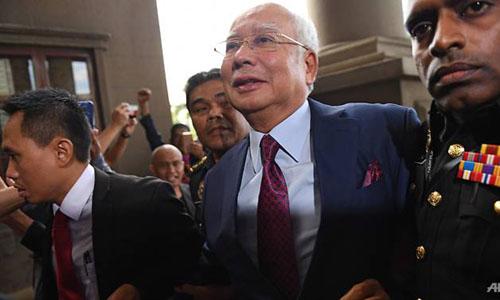 Cựu thủ tướng Malaysia Najib Razak xuất hiện tại tòa án sáng nay. Ảnh: AFP.