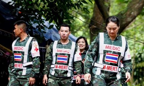 Các nhân viên y tế hải quân Thái Lan tham gia cứu hộ đội bóng nhí. Ảnh: ES.