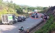 Cảnh sát bắn thủng lốp xe bán tải chở 19 bánh heroin