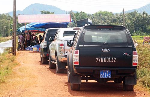 Các ôtô đoàn cán bộ huyện bị người dân giữ một tuần qua. Ảnh: Hạ Lý.