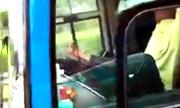 Tài xế điều khiển ôtô bằng chân trên cao tốc bị tước bằng lái