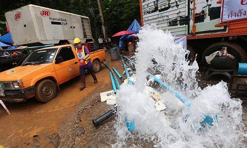 Các máy bơm hoạt động hết công suất để hút nước khỏi hang Tham Luang. Ảnh: AP.