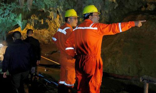 Chuyên gia nghiên cứu phương án giải cứu đội bóng mắc kẹt khỏi hang Tham Luang. Ảnh: AP.