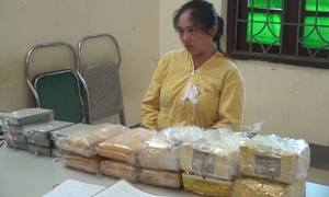 Người phụ nữ ngụy trang 10 bánh heroin dưới nhãn chè khô